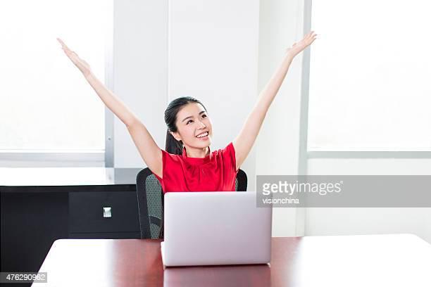 女性のビジネス女性、腕にオープンしたオフィス