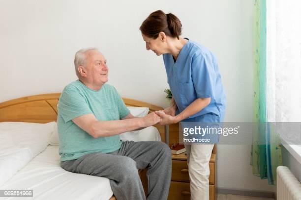 Homme senior aide soignant féminin