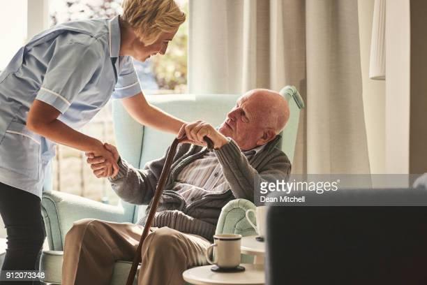 soignant féminin senior homme se soucier - aide soignante photos et images de collection