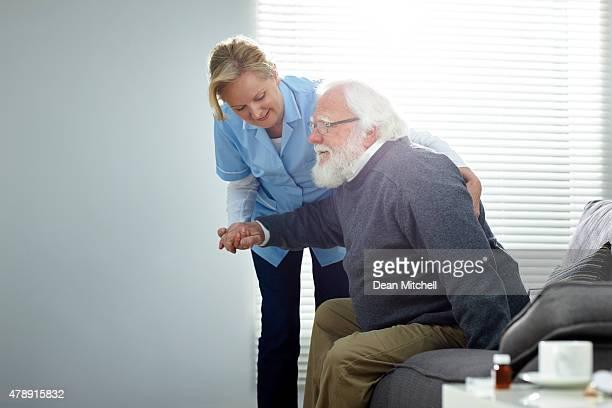 雌 carer サポートする老人男性 - 単語 help ストックフォトと画像