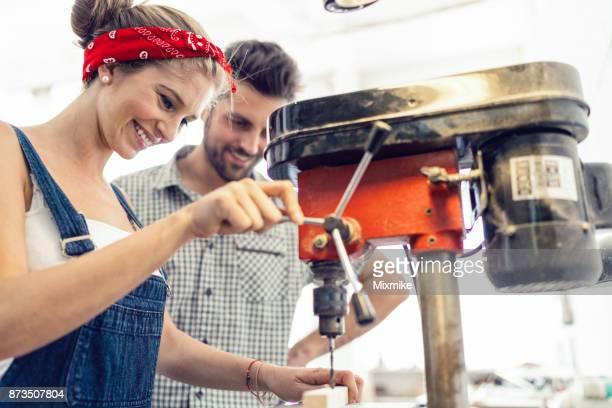 vrouwelijke timmerman houten ééndelig boren - handwerkprodukten stockfoto's en -beelden
