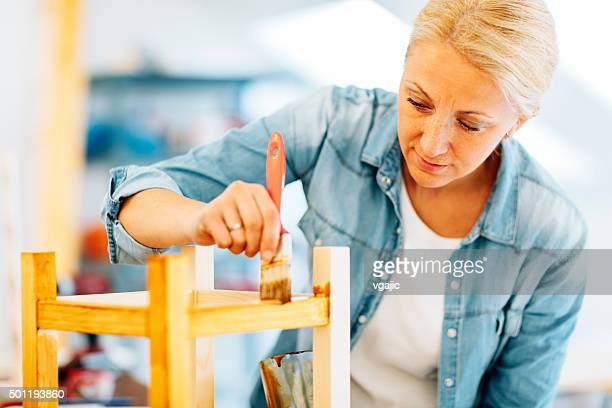 Weibliche Carpenter Gemälde Möbeln.