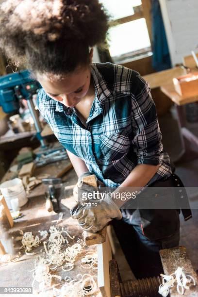 Weibliche carpenter Planung wood