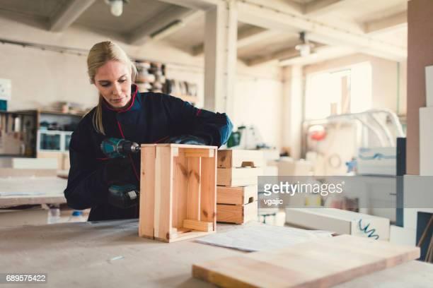 Vrouwelijke Carpenter werkt In haar atelier