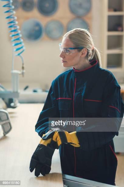 frau zimmermann arbeiten in ihrer werkstatt - schutzbrille stock-fotos und bilder