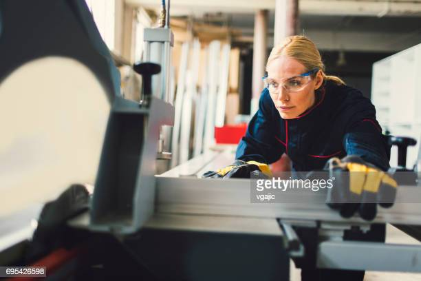 Femme charpentier travaillant dans son atelier