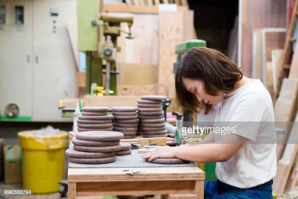 彼女のワーク ショップで働く女性の大工