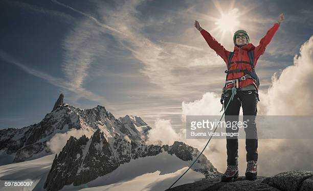 a female climber exulting on a  mountaintop - sommet montagne photos et images de collection