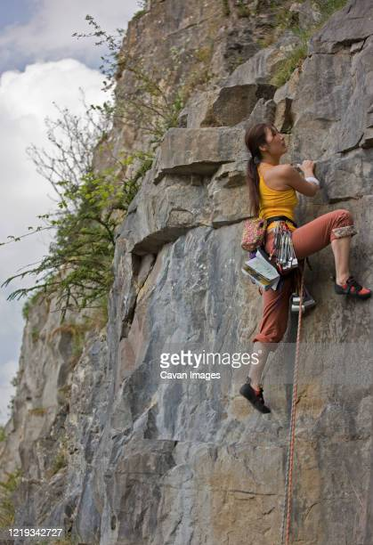 female climber on a difficult climb in the wye valley / south wales - 岩壁 ストックフォトと画像