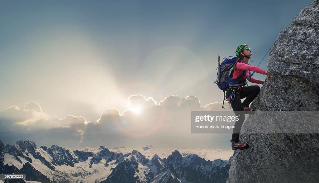Female climber on a rocky wall : Foto de stock