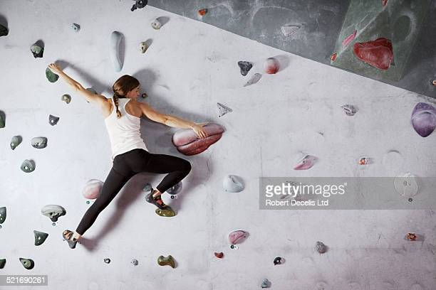 female climber scaling climbing wall - superando as dificuldades - fotografias e filmes do acervo