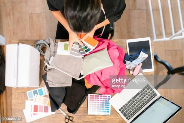彼女のスタジオで働く女性服デザイナー - デザイナー服 ストックフォトと画像