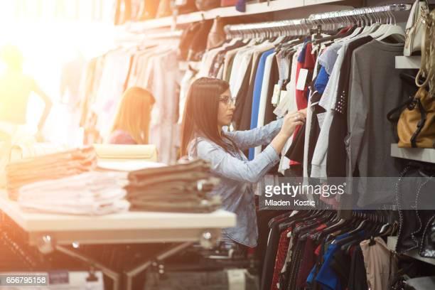 Vrouwelijke kledingwinkel met nieuwe klanten