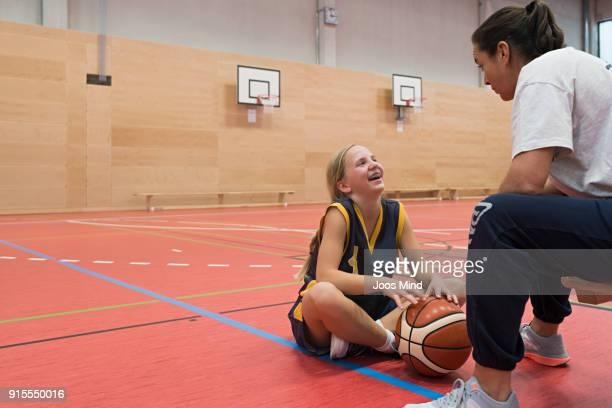 female coach motivates young basketball player - court hearing stockfoto's en -beelden