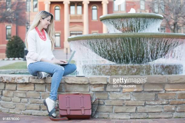 Weibliche College-Student konzentriert sich während seines Studiums am campus