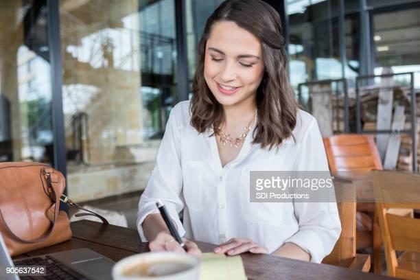 Weibliche College-Studenten studieren in Coffee-shop