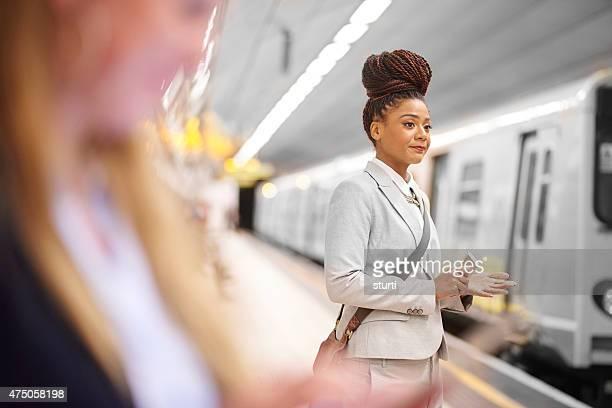 Femme dans le métro de banlieue