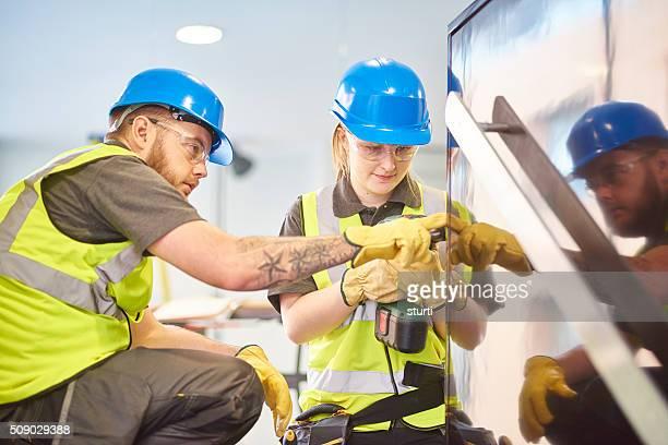 feminino construção aprendiz e colega - saúde e segurança ocupacional - fotografias e filmes do acervo