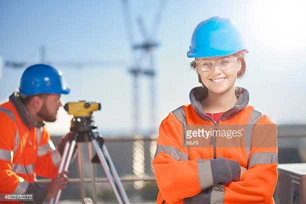 weibliche baustelle surveyor - sicherheitsausrüstung stock-fotos und bilder