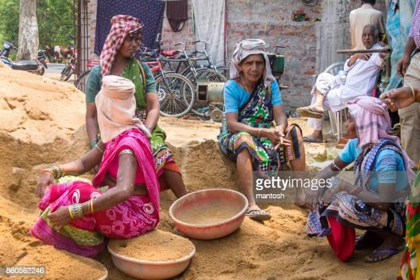 trabalhadores de construção feminino - odisha - fotografias e filmes do acervo
