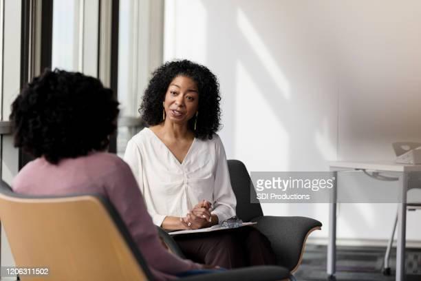 conselheira fala com paciente do sexo feminino - orientação - fotografias e filmes do acervo