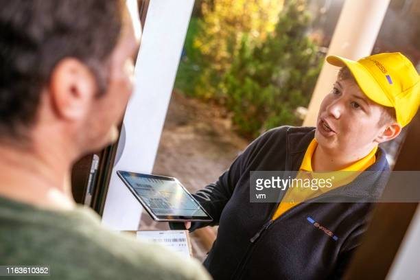 female courier at home delivery - consegna a domicilio foto e immagini stock