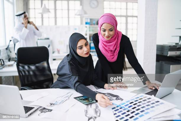 compañeros de trabajo femenino sobre las muestras de color - equidad de genero fotografías e imágenes de stock