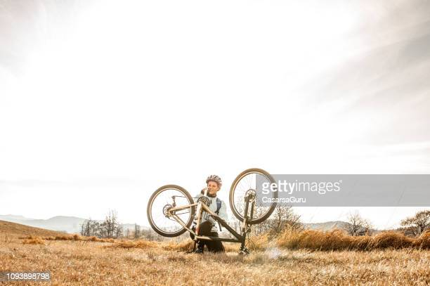 mujeres a campo través cycler reparación bicicletas - cross country cycling fotografías e imágenes de stock