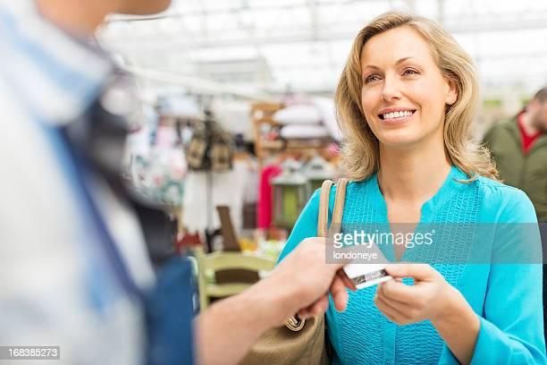 Weibliche Kunden bezahlen mit Kreditkarte