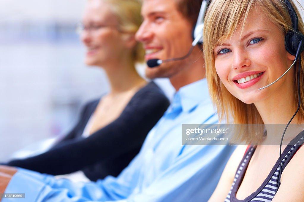 Femmina rappresentante del servizio clienti sorridenti : Foto stock