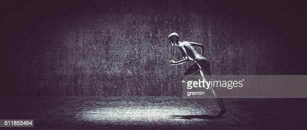 Mujer corriendo en oscuro callejón ciborg