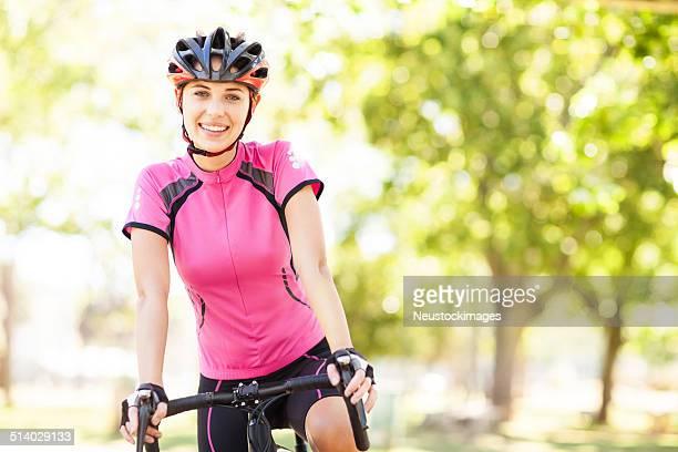 Mulher no Sportswear Bicicleta de equitação Ciclista