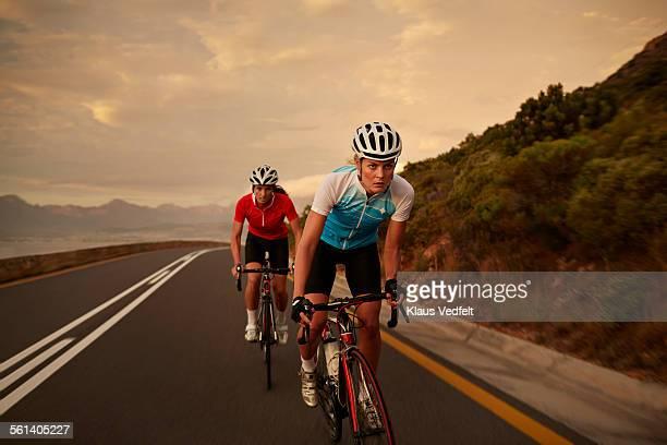 female cyclist taking lead in sprint - radsport wettbewerb stock-fotos und bilder