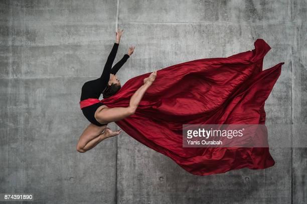 female dancer dancing in the streets of lyon, france - split acrobatiek stockfoto's en -beelden