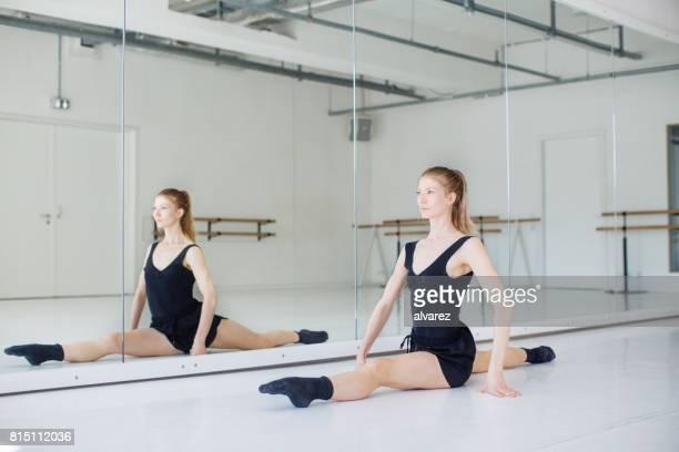 tänzerin dabei spaltet sich vor spiegel - ballettstudio stock-fotos und bilder