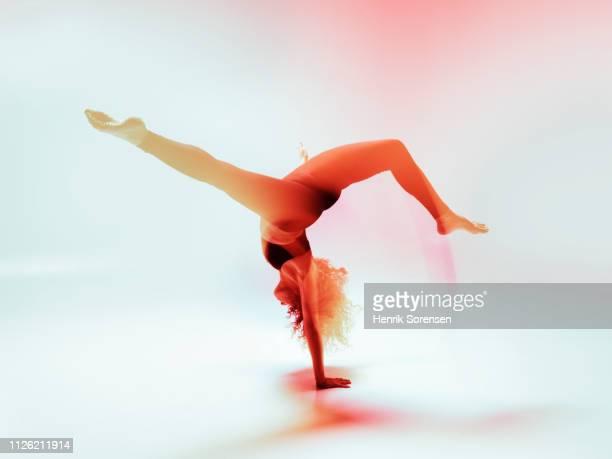 female dancer in motion - 離れ技 ストックフォトと画像
