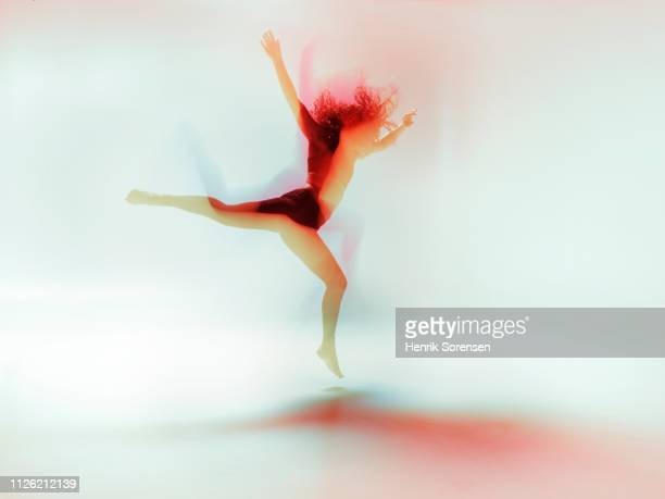 female dancer in motion - vitaliteit stockfoto's en -beelden