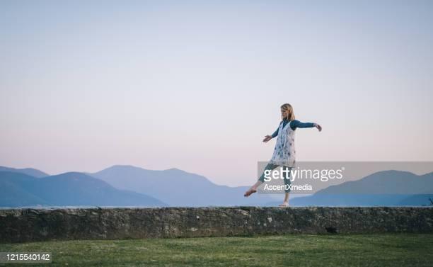 tänzerin führt tanzbewegungen auf, während sie auf der leiste balanciert - einzelne frau über 30 stock-fotos und bilder