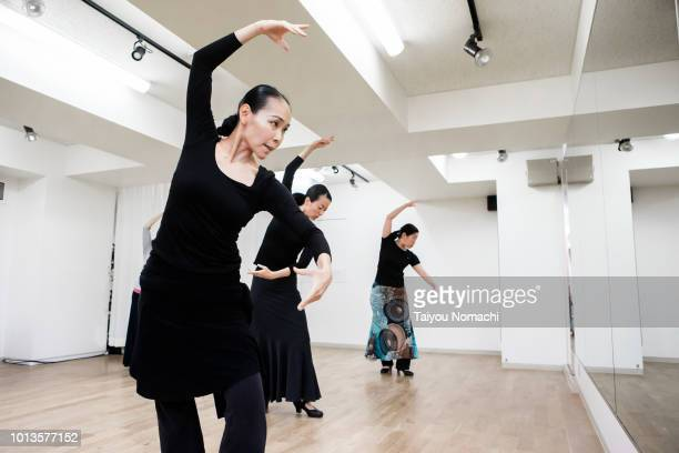 female dancer who practices flamenco while watching the mirror - flamenco photos et images de collection