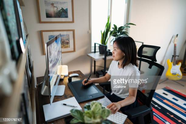 彼女のホームオフィスで働く女性デザイナー - フリーランス ストックフォトと画像