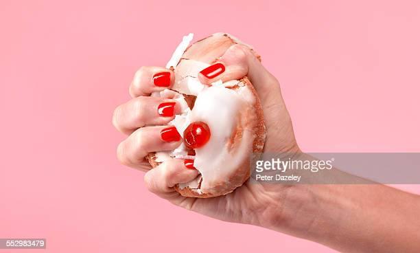 female dieter crushing belgian bun - afvallen stockfoto's en -beelden