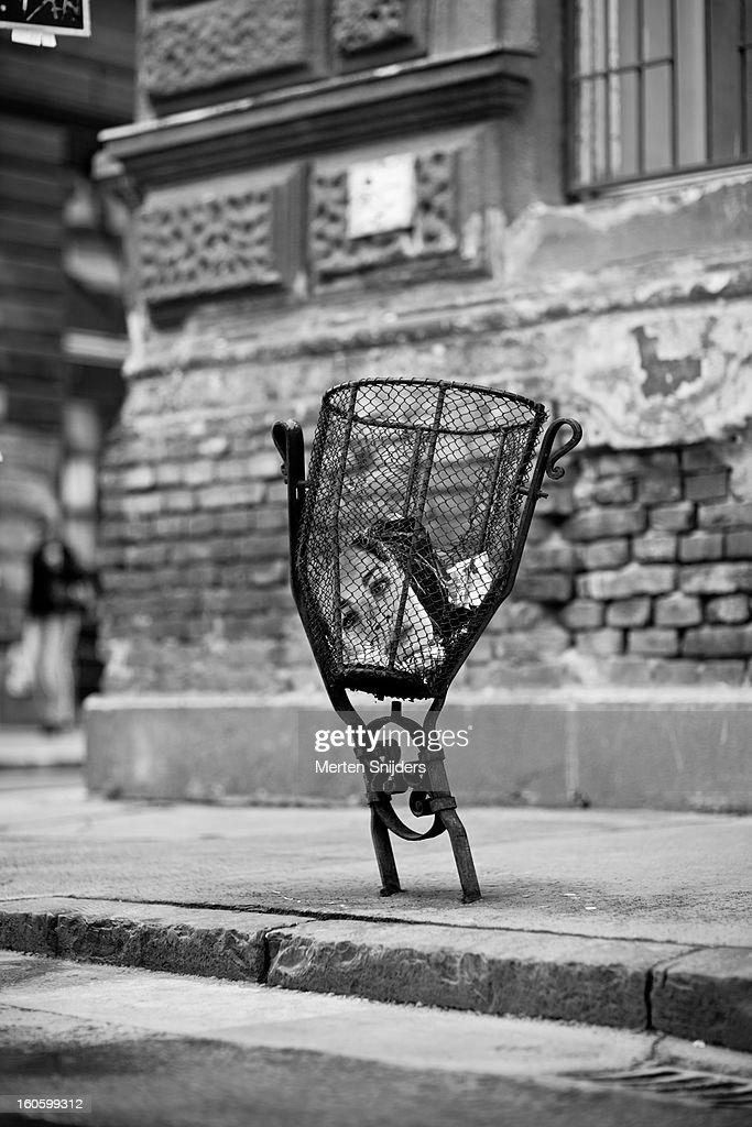 Female dipiction in garbage bin : Stockfoto