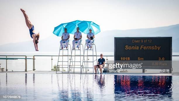 スイミング プールでのダイビング女性ダイバー - スポーツの判定員 ストックフォトと画像