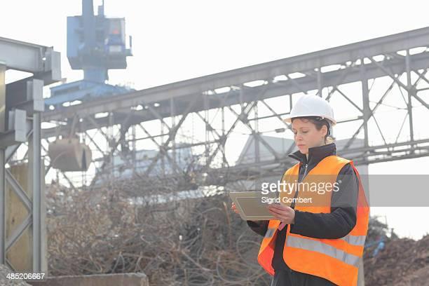 female dockworker using monitor - sigrid gombert fotografías e imágenes de stock