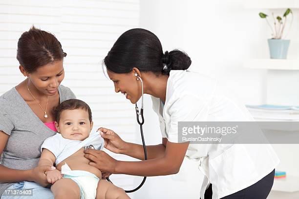 Ärztin untersuchen baby boy.