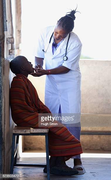 female doctor examining boy - hugh sitton imagens e fotografias de stock