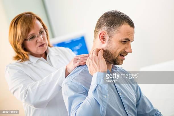 Ärztin untersuchen Patienten's Back