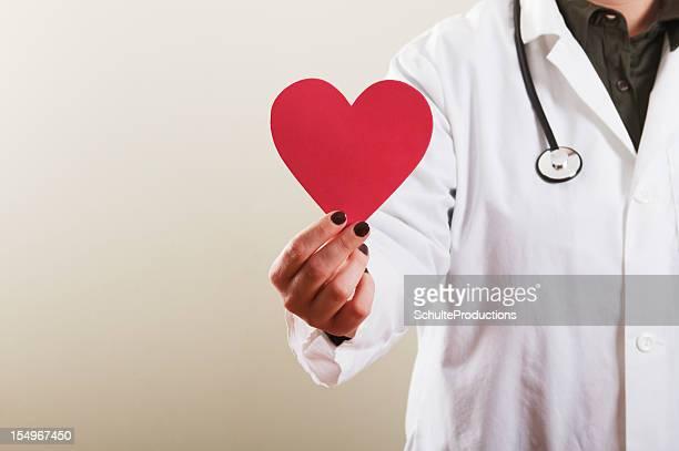 Femme médecin tenant coeur