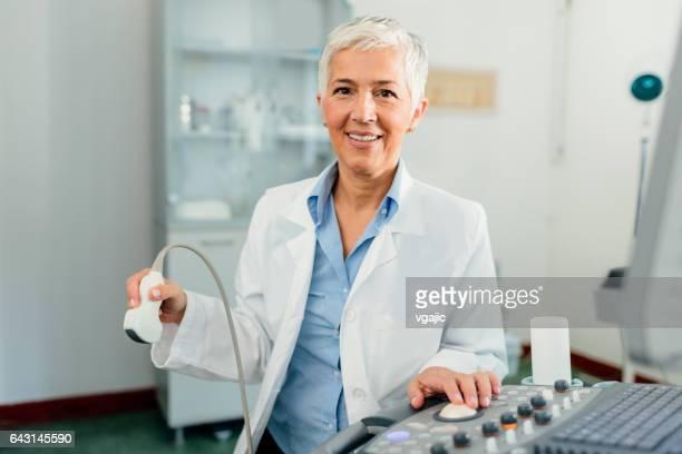 Frau Doktor in ihrem Büro