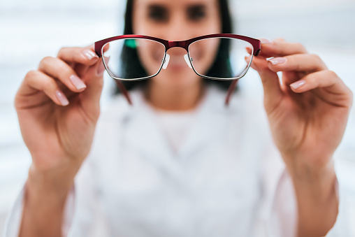 Female doctor in ophthalmology clinic 930865002